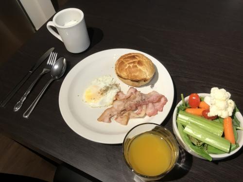 朝食?昼食?は、ベーコン、目玉焼き、サラダ、スープ(日本からの持込み)、オレンジジュースです。