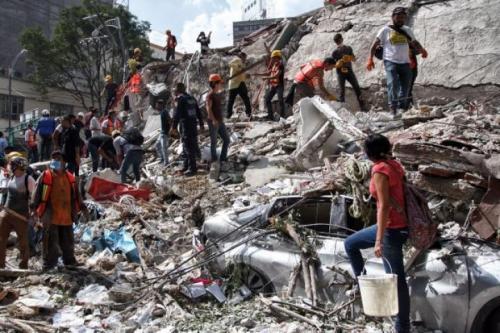古い建造物を中心に多数の建物が倒壊しています。