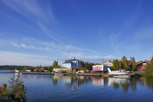 イエローナイフは湖(めちゃくちゃ大きいのでむしろ海っぽい)のほとりの町なので、水辺の景色もきれい。<br />てか、自家用飛行機・・・?<br /><br />調べてみたら、イエローナイフってめっちゃ世帯収入がいいとこなんですね!<br />(カナダで2位らしい)<br />お金持ち・・・<br /><br />行くまで知りませんでしたが、イエローナイフの主産業の一つがダイヤモンドだそうです。<br />その前はいわゆるゴールドラッシュで発展した町だったそう。<br />(オーロラビレッジも元々は金鉱山跡地だったんだそうです)