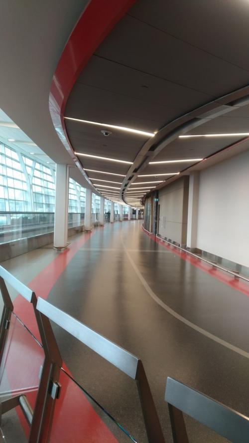 空港の中になにやらサーキットのようなものが?<br /><br />これはゲートをつなぐバス?みたいなのの道路です。これがある程度には広さのある空港です。まあ、さすがに7時間以上時間をつぶせるほどのものはないんですが・・・<br /><br />幸い、PCを持ってたのでWifi繋いでサッカーの試合を見たりご飯食べたりしてたら時間になりました!この頃には雨も上がった様子。