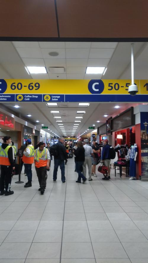 さて、荷物のピックアップやらセキュリティチェックやらをやっていてもまだ7時間半あります。幸い、カルガリー空港は改装されたようできれいで広めでお店もちょっとはあるのでとりあえず行けるところをぐるぐる散歩してみます。<br />こんな時こそラウンジだ!Priority Pass持ってた気がする!と思ったら、有効期限が切れてました・・・。普段使わないから気づかなかった~。