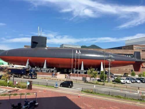 窓からはお隣の海上自衛隊の潜水艦がドーンと見えました。こちらもデカイ。デカイとカッコいいですね…!<br /><br />資料だけではなく大和ミュージアムでは時間ごとにガイドさんの解説もあるみたいでより深く知りたい人にも良さそうです。ショップも色々ありました~女性向けのかわいいものもありました!<br /><br /><br />のんびり観ていたらまたもや時間ギリギリになり、ダッシュで呉駅に笑 また逃してしまうかと思ったのですが奇跡的にバスが1分遅れていたみたいで今度は間に合いました!このギリギリのスリルを味わうたび、やっぱりバスや電車の旅はやめられないと思っちゃいます笑<br />