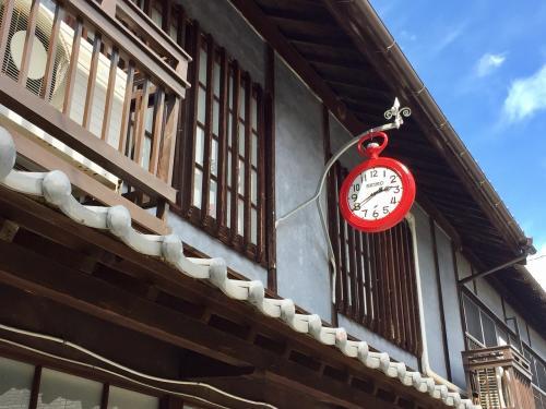 かわいらしい丸い赤時計