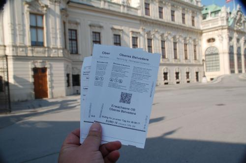 チケットを購入するとき、どのチケットを購入すれば良いか少し迷った。ここは宮殿なので、入場するエリアによって購入するチケットが異なる。チケットカウンターで、私は素直に「クリムトを見たい」と言った。その結果、そのエリアに入場できるチケットを購入することができた。