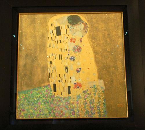 クリムトの絵は一階(グランドフロアから始まり、その次が一階なので、日本で言うところの二階)にあった。この日は絵画の写真撮影が許可されていた。もちろん、写真撮影不可の作品もあった。<br /><br />これは、かの有名な『接吻』。見ているうちに涙が出て来た。