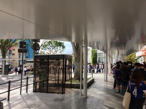 バス乗り場に戻ってくると、2時過ぎと言うのに、マリノスのサポーターでいっぱい。<br />やるなー。マリノスサポーター!!