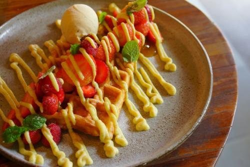 甘いプレートも1皿。<br />ワッフルはふわふわで、クリームも濃厚なカスタード、アイスまでおいしい。<br />バリにしては高めだけど、どれも納得のおいしさです。<br />日本よりは安いし。