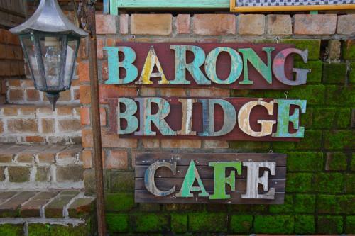 満足して宿に帰ってひと休み。<br />お昼に友人と女子会したのは「Barong Bridge Cafe」<br />影武者のもうちょっと先です。