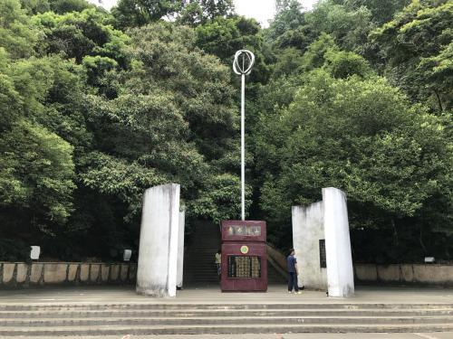 台灣地理中心の旧中心点碑<br /><br />(日治時代の1906年12月13日、ここが中心とされ三角点を設置しましたが、その後測量技術の進歩により、1952年に中心点がココではなく山の上である事が判明したので、現在はココは中心ではありません)<br /><br />