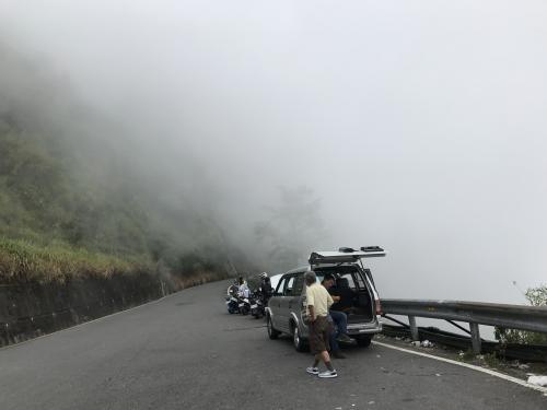 途中の風景<br /><br />霧が出てきました<br /><br />こんな感じの道を走ります<br />