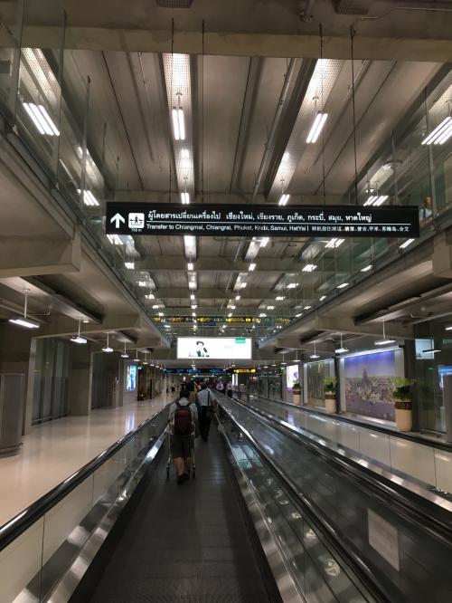 スワンナプーム空港に到着。乗り継ぎのために、延々と。ほんと延々と歩きます。