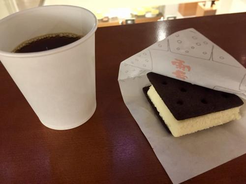 積丹を後にし、小樽の街中まで戻ってきました。<br />ひと通り観光通りをブラブラした後、おやつということで六花亭さんで雪こんチーズを頂きました。食べてばっかりですね笑 こちらも美味しかったです~濃厚チーズとサクサクのクッキーが最高のコンビネーションを生み出していました!
