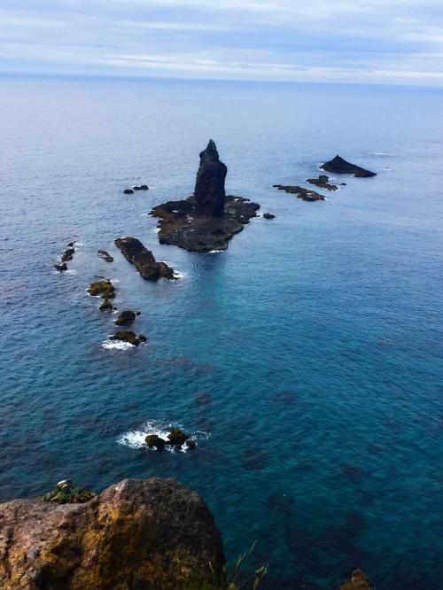 のんびり歩いていると神威岬が見えました!意外と距離がありましたので歩きやすい格好で行った方がいいですね。見渡す限りどこまでも続く青い空と海…地球は青いです…