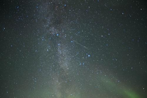 焦点距離14mm / F2.8 / 33sec / ISO1600<br /><br />おまけの星撮影。星を撮るときは赤道儀の代わりにGPSユニットを付けています。<br />そうすると長時間露光しても星が流れないので。<br />(自転があるので、思っている以上に星は動いています。長時間露光で撮ると星がぶれたように流れて写ってしまいます。)<br />星は30秒くらいシャッターを開けられるといい感じです。<br />赤道儀などがない場合は8秒くらいまでなら星が流れちゃうの気にならないかも。
