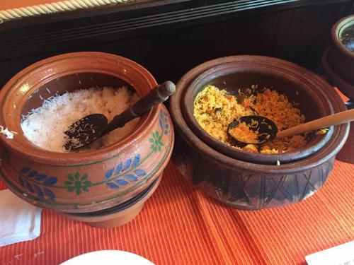 料理ですが、このような壺にカレー各種、ライス。野菜等が入っていました。