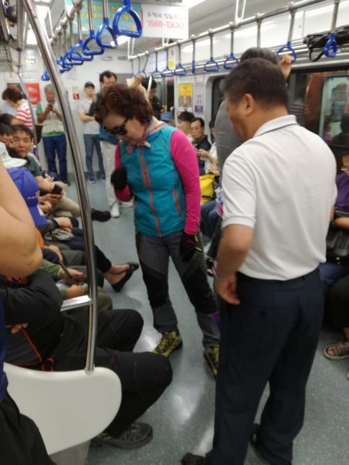 お財布出して買おうとしてる人がいた(結局商品手渡してないから買わなかったみたいだが)<br /><br />この旅ではこういう電車内での物売りを2回見かけた。<br /><br />こんな光景を見ると、外国に来たなぁと感じます。<br /><br />日本ではありえないもんね。<br />