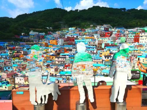 いよいよ村の中に入ります!<br /><br /><br /><br />この村の歴史について。<br /><br />この村は元々、朝鮮戦争の際に北朝鮮側から戦争を逃れるために逃げてきた避難民たちが住居を求めて集落を作ったことが始まりといわれます。スラム街だったところを、アートで観光地化したようです。<br /><br /><br />もちろん今も普通に住んでる人がいっぱいいます。<br />