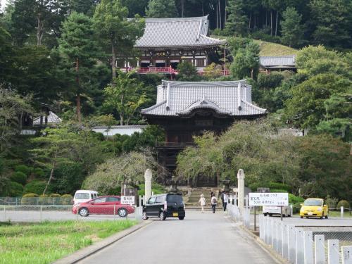 聖天院(しょうでんいん)<br /><br /> 高麗神社のすぐ隣り、高句麗から渡来した高麗王若光(こまのこきしじゃっこう)の菩提寺である。若光とはこの地を開拓した高句麗からの渡来人であり、時代は八世紀のこと、と続日本紀にある。ここらあたりから八高線に沿って高崎までに6-7世紀の古代遺跡があると睨んでいる。<br /><br /> 身体が落ち着いたら、そろそろ長旅に出たい。シルクロードの天山北路あたりを考えている。