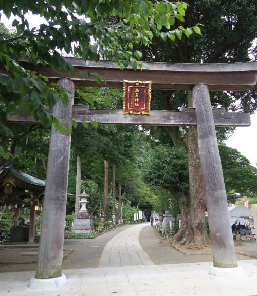 高麗神社(こまじんじゃ)<br /><br /> 名前のとおり、高麗とは高句麗のことであり、ただ日本での呼び方は「コウライ」でも「コリョ」でもなく「コマ」と呼ぶ。ちょうど百済寺を「ひゃくさいじ」と読むように。 つい最近天皇皇后陛下が参拝に来られたのは、巾着田の彼岸花が目的ではなく、こちらの神社がメインだったようだ。ここから天皇家の古代朝鮮に対する考え方が見て取れる。むろん1500年以上も前の話であって、今では表に出せるわけもないが・・・<br /> この神社参拝後に総理大臣になった政治家が鳩山一郎など6名もおり、ポリティカル・パワー・スポットといえるのかもしれない。