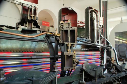 列車の仕組みを説明するために車両が縦割りされていた。
