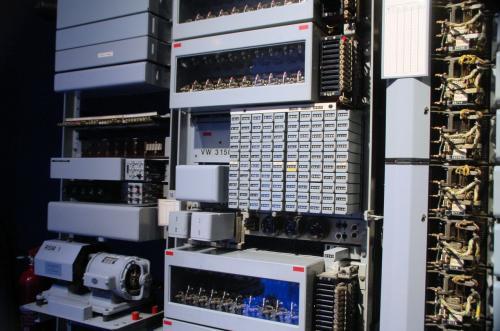 さて、ここから技術関係の展示室である。これは、電話の仕組みを説明するためのシステム。交換機と実際の電話機がどのように繋がり、課金されるかを体験できるようになっていた。
