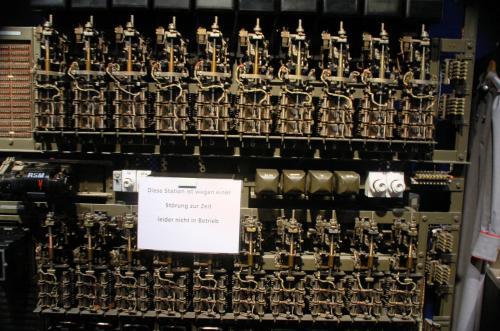 これらの機械の目の前には電話機があり、実際に繋がっていた。受話器を取り、番号を押すと、別の電話機が鳴り、前にある機械もそれに応じて反応する。