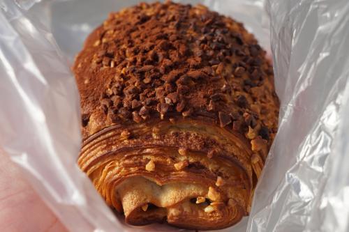 朝飯代わりにチョコ味のクロワッサンをいただきましたが、これ最高にうまいです。サクサクのクロワッサンに深い香りのチョコが絶妙に組み合わさって、このエレガントな仕上がりにはまさに脱帽です。高知のパン屋さんは「かいち」も「ウィリーウィンキー」もあるし、なかなかレベルが高いです。