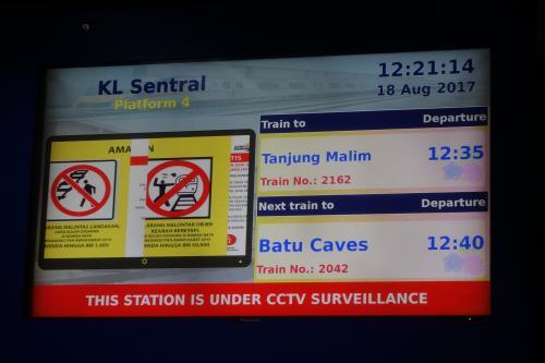 ホームに行くと真っ暗な中、人がイッパイ座っててビビった!<br />バトゥケーブス行きの電車は20分も来ないんだってー。そりゃ、ホームに人がイッパイいるわ。