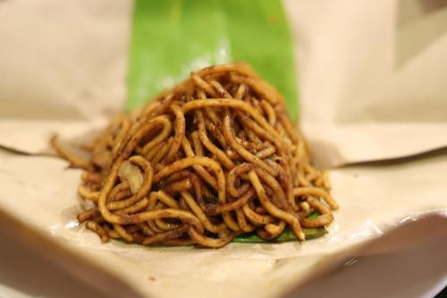 見た目が不思議だったので、気になって持ってきたら、マレーシア風の焼きそばでした。 <br />まぁ、普通に美味しいです。食べなかったけど、翌日はこの盛り付けで中はカレーだったみたい。
