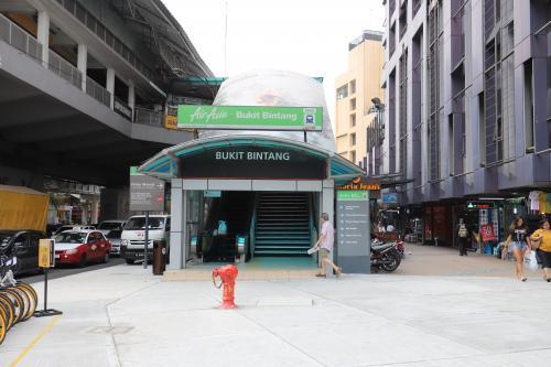「ブキッ・ビンタン」に最近、開通したMRT。けど、セントラルへは行けないらしい。 <br />なので、2両編成劇混みのモノレール駅へ