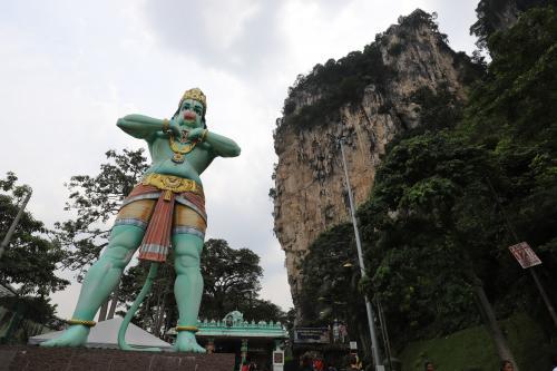 30分ほどで到着は「バトゥケーブス」ヒンドゥー教の猿の神様ハヌマーンがお出迎え