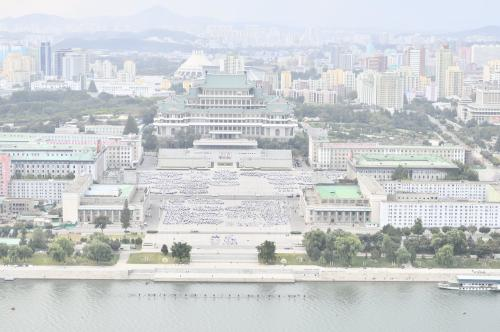 主体思想塔の展望台から観た景色<br />目の前にあるのは金日成広場