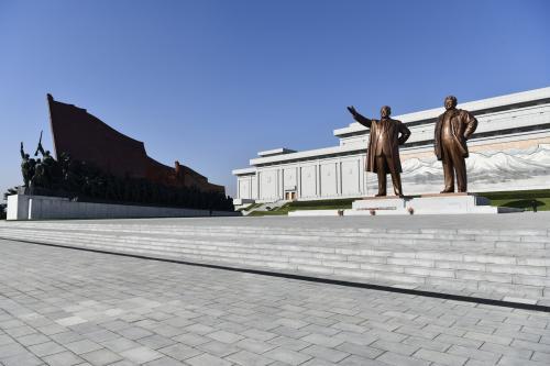 万寿台記念碑へ花束贈呈<br />銅像全体が写るように撮影<br />これはもはや北朝鮮旅行では常識!