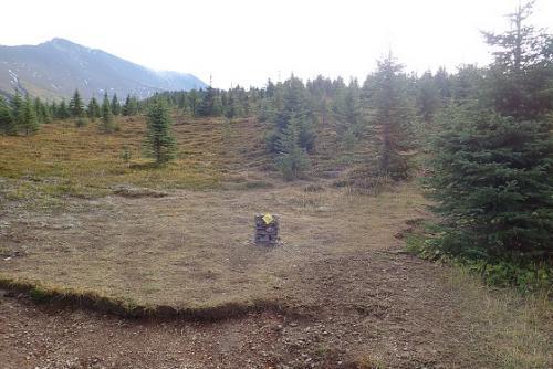 ちょっとした、石が積み重ねてあります。<br />この丘の上を目指すとマリーンレイク展望地に行けます。