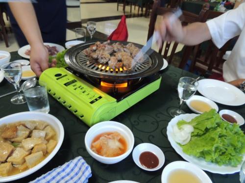 北朝鮮に行かれた人たちが必ず食べるアヒルの焼肉<br />ガイド、ドライバーと楽しく、美味しくいただきました。