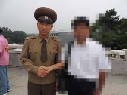 板門店の軍人ガイドさんと握手!<br />凄い握力でした!