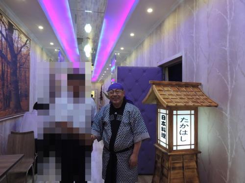 伝説の料理人とお店の前で記念撮影!