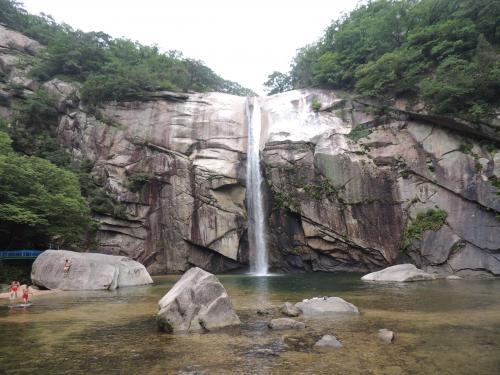 <br />朴淵の滝<br />朝鮮民主主義人民共和国(以下 共和国)の開城市にある滝<br />金剛山の九龍瀑布・雪岳山の大勝瀑布とあわせて3大名瀑と<br />挙げられます。<br />共和国の天然記念物第388号に指定されています。<br />李氏朝鮮で最も有名な妓生であった黄真伊が自身の髪の毛で作った筆で書いたといわれる李白の漢詩<br /> 「望廬山瀑布」の一節「飛流直下三千尺 疑是銀河楽九天」が<br />龍岩に刻まれています。<br /><br />開城市内観光後から朴淵の滝に行く道中はのどかな風景が楽しめます。<br />また休日に訪れると現地の人たちがバーベキューをよくしています。<br />