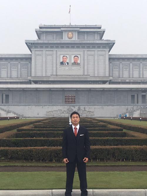 錦繍山太陽宮殿で<br />金日成主席と金正日総書記の肖像画の前で
