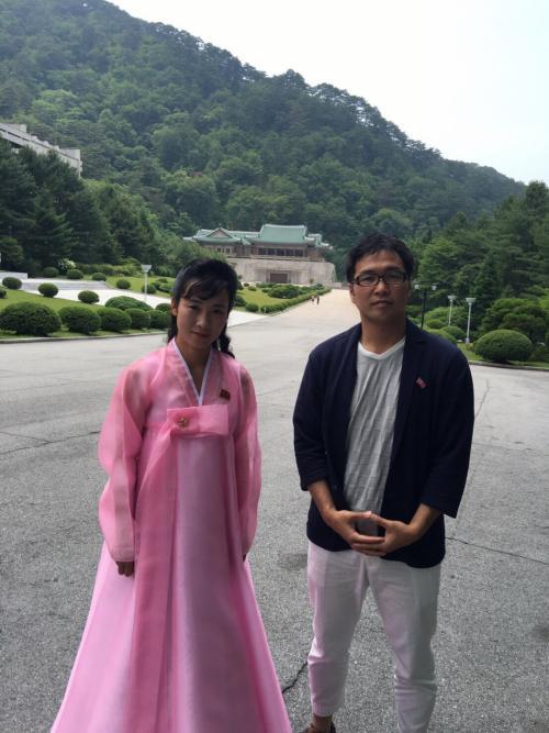 妙香山の麓にある国際親善展覧館のガイドさんと記念撮影<br />ここは世界から金日成主席・金正日総書記に贈られてきた<br />記念品が無数に展示してあります。<br />日本から贈られた記念品もありました。<br />