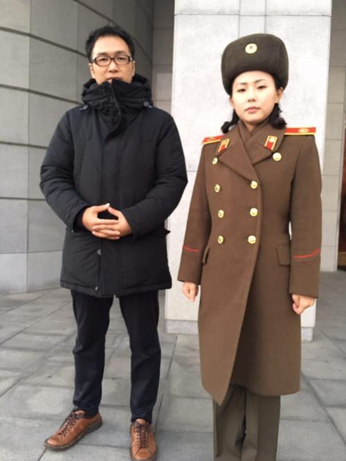 祖国解放戦争勝利記念館の案内人と記念撮影