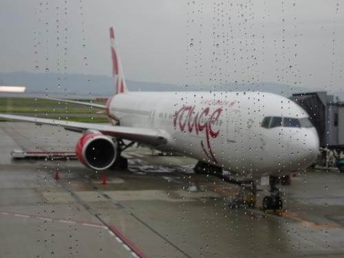 9月27日(水)<br /><br />小雨の関空<br />初めての太平洋横断でちょっとナーバスになってます。<br /><br />乗り継ぎも心配・・・。<br />エアカナダのサイトに表記してあった国内乗り継ぎのところをプリントしてきました。大丈夫かなぁ。<br /><br />フライト時間が長いので関空でシャワーしてから乗りました。<br />いざ!出発!!!