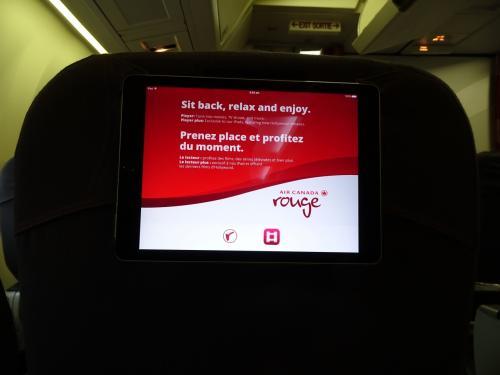 東京からエアカナダに乗るか、関空からこのエアカナダルージュに乗るか迷いましたが、結局近場の関空にしました。<br />ルージュ、ちょっと不安・・・。<br /><br />長いフライトになるので、プレミアムルージュ席を予約しました。<br />エアカナダルージュにはビジネスクラスはありません。<br />プレミアムルージュとエコノミーだけ。<br />席に着くとタブレットが配られて、前の座席にぶら下げて使います。<br />一応日本の映画もあります。