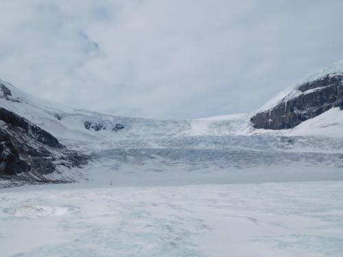 コロンビア大氷原。アサバスカ氷河の先端まで、雪上車で行く。