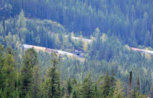 カナディアン・ロッキーを越えるために、山の中で複雑にループしている。上下2段に貨物列車が走る珍しい光景。<br />