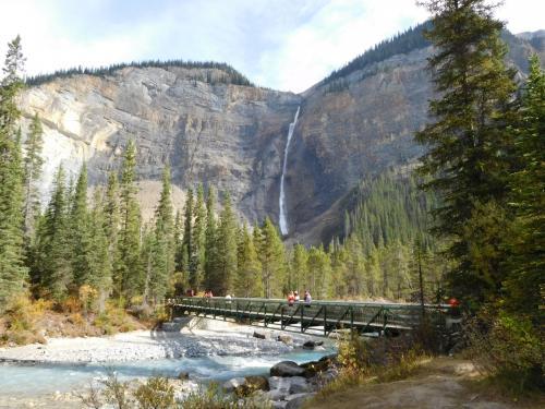 タカカウ滝。落差400m。上高地のような雰囲気。