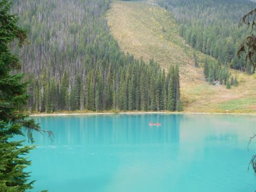 エメラルド色の湖面。