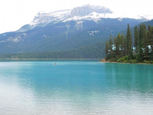 エメラルド湖。後ろの山は、ワプタ山(Mt.Wapta; 2,778 m)