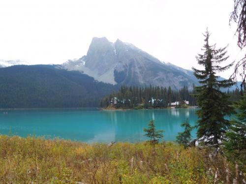 エメラルド色の湖面。少し林間コースを歩くと、静かでホッとする。<br />