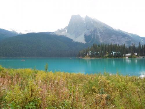 エメラルド湖。裏山は、バージェス山(Mount Burgess; 2,599m)<br />